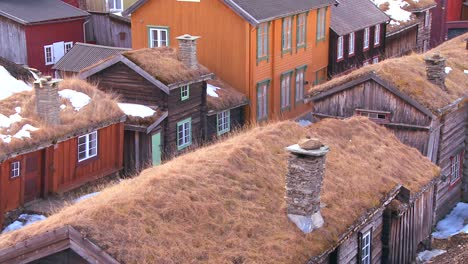 Thatch-roofed-wooden-buildings-line-the-streets-of-the-old-historic-mining-town-of-Roros-in-Norway-1