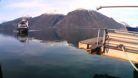 Un-Ferry-Cruza-Los-Fiordos-De-Noruega-1