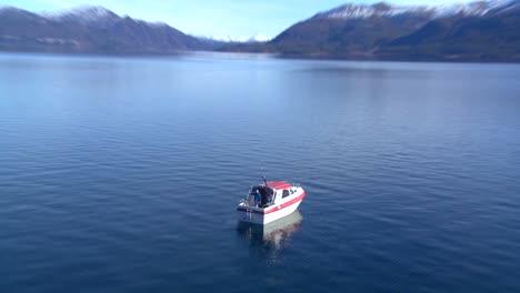 Un-Hombre-Sostiene-Una-Gran-Trucha-De-Su-Barco-En-Un-Lago-En-Noruega