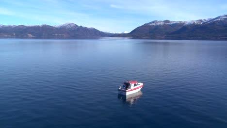 Plano-General-De-Un-Hombre-En-Una-Lancha-De-Pesca-En-Noruega