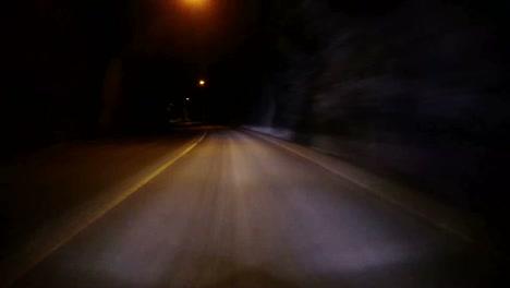 Pov-Aufnahme-Eines-Autos-Das-Mit-Hoher-Geschwindigkeit-Durch-Einen-Tunnel-Durch-Einen-Berg-Fährt