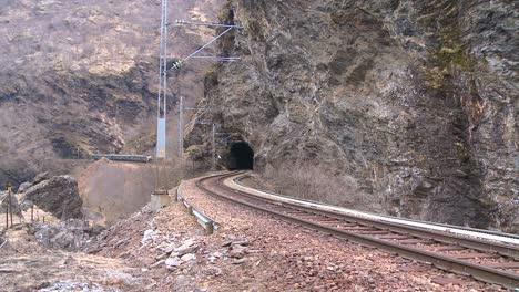 Un-Tren-De-Pasajeros-Viaja-A-Través-De-Un-Túnel-En-Noruega-