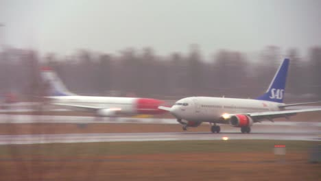 A-SAS-plane-comes-in-for-a-landing-at-an-airport-on-a-rainy-day