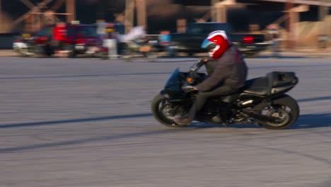 Un-Piloto-Realiza-Increíbles-Acrobacias-En-Una-Motocicleta-En-Cámara-Lenta