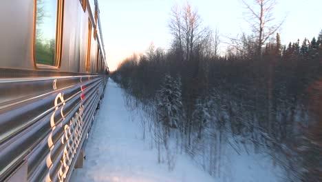 Pov-De-Un-Tren-Via-Rail-Que-Pasa-Por-El-ártico-De-Canadá-2
