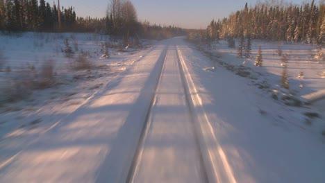 Pov-Desde-La-Parte-Delantera-De-Un-Tren-Que-Pasa-Por-Un-Paisaje-Nevado-6
