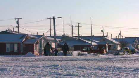 La-Gente-Camina-A-Lo-Largo-De-Una-Carretera-Nevada-En-Churchill-Manitoba-Canadá-La-Bahía-De-Hudson