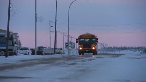 Un-Autobús-Escolar-Viaja-A-Lo-Largo-De-Una-Carretera-Helada-Y-Nevada-En-Churchill-Manitoba-Canadá-La-Bahía-De-Hudson