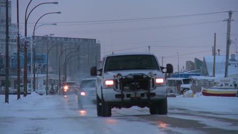 Los-Vehículos-Viajan-A-Lo-Largo-De-Una-Carretera-Helada-Y-Nevada-En-Churchill-Manitoba-Canadá-La-Bahía-De-Hudson-2
