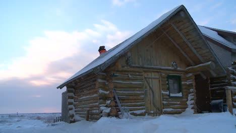 Eine-Blockhütte-Im-Schnee