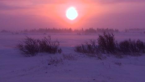 Amanecer-O-Atardecer-En-El-Ártico-Durante-Una-Intensa-Tormenta-De-Nieve-1