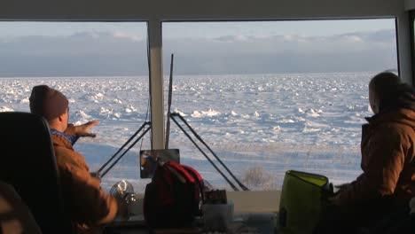 Ver-A-Través-Del-Parabrisas-De-Un-Buggy-De-Tundra-Sobre-Orugas-árticas-Mirando-La-Extensión-Congelada-De-La-Bahía-De-Hudson-Canadá
