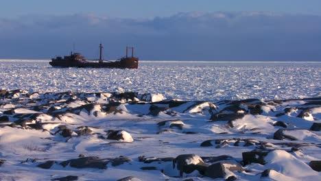 Un-Barco-Se-Encuentra-Atrapado-En-El-Hielo-De-La-Bahía-Congelada-De-Hudson-Churchill-Manitoba-Canadá-2