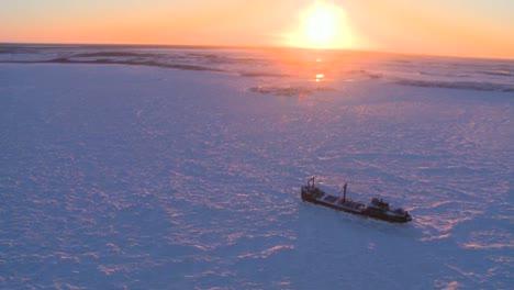 Hermosa-Antena-De-Un-Barco-Atrapado-En-El-Hielo-De-La-Congelada-Bahía-De-Hudson-Churchill-Manitoba-Canadá-1