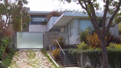 Exterior-De-Una-Casa-De-Arquitectura-Moderna-Día
