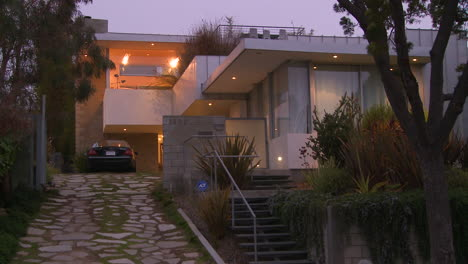 Exterior-De-Una-Casa-De-Arquitectura-Moderna-Al-Anochecer-O-Noche-1