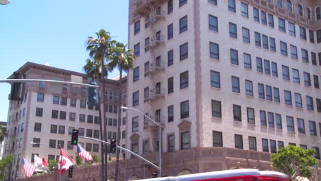 The-luxurious-Beverly-Wilshire-hotel-in-Southern-California-with-traffic-in-the-foreground