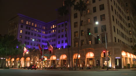 The-luxurious-Beverly-Wilshire-hotel-in-Los-Angeles-at-night