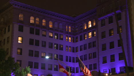 Traffic-passing-in-front-of-the-luxurious-Beverly-Wilshire-hotel-in-Los-Angeles-at-night