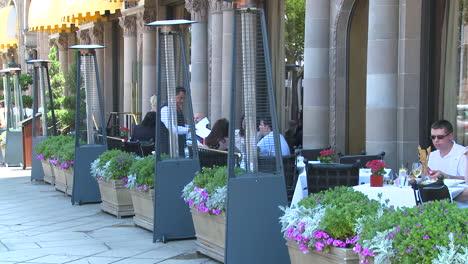 Un-Lujoso-Restaurante-Por-La-Noche-A-Lo-Largo-De-Wilshire-Blvd-En-Los-ángeles