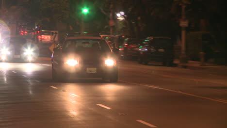 Un-Coche-De-Policía-Conduce-En-Una-Calle-Del-Centro-De-Los-Ángeles-Por-La-Noche-1