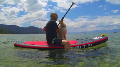 Un-Hombre-Y-Un-Perro-Paddleboard-En-El-Lago-Tahoe