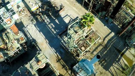 Antenne-Mit-Blick-Auf-Einen-Schornstein-über-Einer-Verlassenen-Ölraffinerie