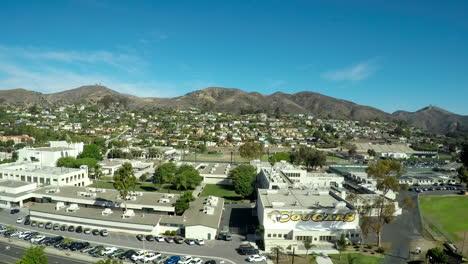 Una-Toma-Aérea-Que-Se-Eleva-Para-Revelar-La-Ciudad-De-Ventura-California-Y-La-Escuela-Secundaria-Y-Las-Montañas