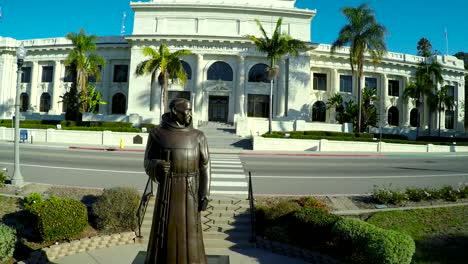 Una-Toma-Aérea-Más-Allá-Del-Padre-Junipero-Serra-Revela-El-Edificio-1-Del-Gobierno-Del-Ayuntamiento-De-Ventura