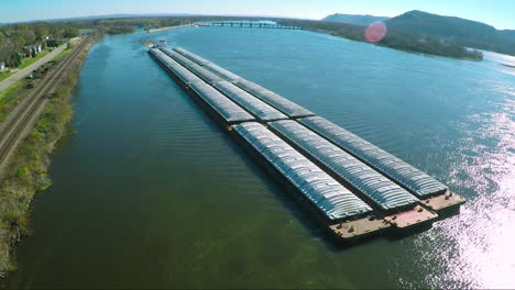 A-very-good-vista-aérea-of-a-large-coal-barge-going-up-the-Mississippi-Río-2