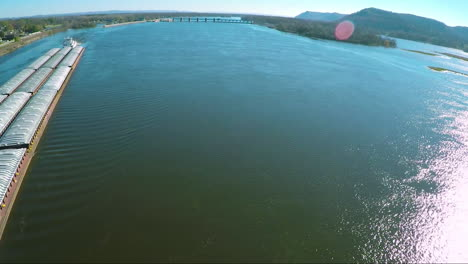 A-very-good-vista-aérea-of-a-large-coal-barge-going-up-the-Mississippi-Río-3