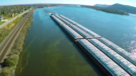 Una-Muy-Buena-Antena-De-Una-Gran-Barcaza-De-Carbón-Que-Sube-Por-El-Río-Mississippi-4