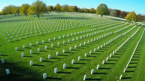 Una-Antena-Sobre-Un-Vasto-Cementerio-De-Lápidas-Honra-A-Los-Veteranos-De-América-2