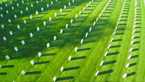 Una-Antena-Sobre-Un-Vasto-Cementerio-De-Lápidas-Honra-A-Los-Veteranos-De-América-5