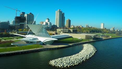 A-good-vista-aérea-shot-over-the-Milwaukee-Wisconsin-waterfront-reveals-the-art-museum-1