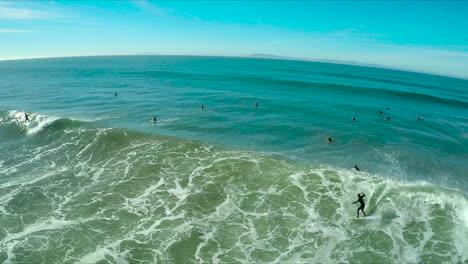 Antena-Sobre-Surfistas-Montando-Olas-En-Una-Playa-Del-Sur-De-California-1