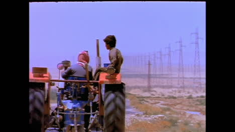 Un-Tractor-Con-Dos-Niños-Conduce-Por-La-Carretera-Solitaria-Entre-Siria-Y-Bagdad-Irak-En-1996