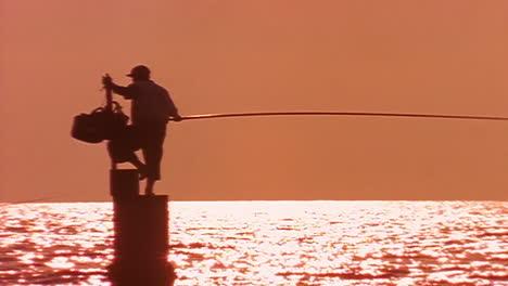 Ein-Fischer-Steht-In-Beirut-Libanon-In-Silhouette-Gegen-Das-Mittelmeer