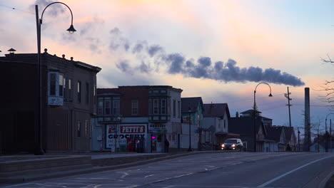 Una-Chimenea-Eructa-Contaminación-Sobre-La-Ciudad-De-Michigan-Indiana-Al-Atardecer