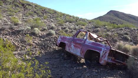Una-Camioneta-Abandonada-Se-Oxida-En-El-Desierto-De-Mojave-1