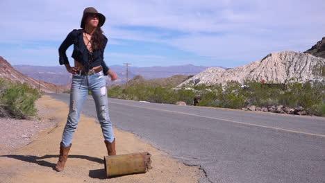 Una-Mujer-Autoestopista-Intenta-Dar-Un-Paseo-Junto-A-La-Carretera-En-El-Desierto-Después-De-Quedarse-Sin-Gasolina
