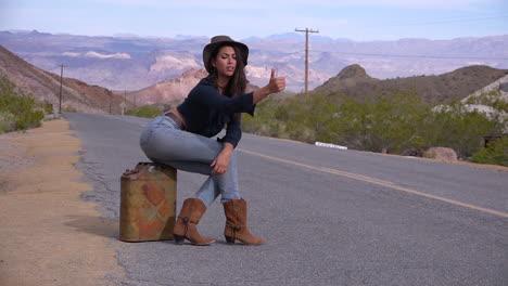 Una-Mujer-Autoestopista-Intenta-Dar-Un-Paseo-Junto-A-La-Carretera-En-El-Desierto-1