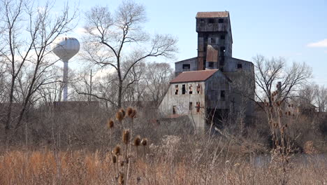 Very-old-abandoned-rusting-mill-or-factory-suggests-the-end-of-America-as-an-industrial-power