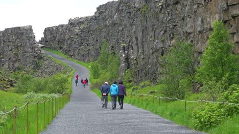 Tourists-walk-through-the-mid-atlantic-ridge-at-Thingvellir-Iceland