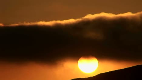 Time-lapse-of-the-sun-behind-golden-clouds-1