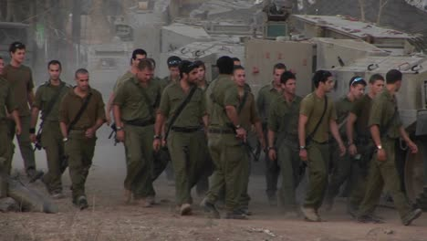 Israeli-soldiers-arrive-for-duty-in-a-border-region