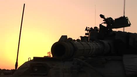 Das-Fass-Eines-Israelischen-Panzers-Steht-Vor-Einem-Orangefarbenen-Himmel