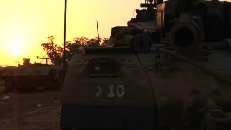 Ein-Israelischer-Panzer-Steht-Vor-Einem-Mehrfarbigen-Himmel-1