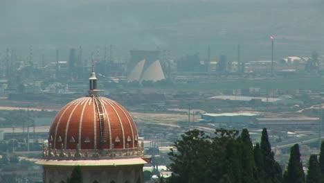 Las-Plantas-De-Energía-Y-La-Cúpula-Del-Templo-De-Baha&#39-i-Se-Ven-En-El-Horizonte-De-Haifa-Israel