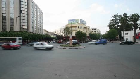 Un-Lapso-De-Tiempo-De-Vehículos-Y-Peatones-Que-Pasan-Por-Una-Rotonda-Concurrida-En-Casablanca-Marruecos